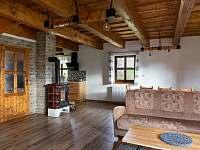 obývací pokoj v přízemí - chalupa ubytování Kameničky
