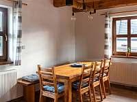 obývací pokoj v přízemí - chalupa k pronajmutí Kameničky