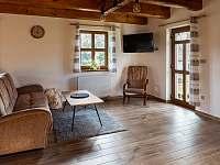 obývací pokoj v přízemí - chalupa k pronájmu Kameničky