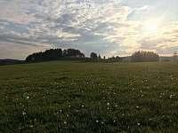 Pohled na Vojtěchův kopec od Chlumětína - chalupa k pronájmu Kameničky