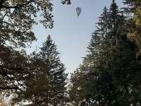 balón v oblacích nad chalupou - Větrný Jeníkov