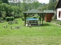 pergola a v pozadí sauna - pronájem chaty Větrný Jeníkov