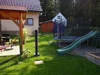 Dětská skluzavka s trampolínou. - chata ubytování Skála u Havlíčkova Brodu