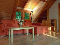 gauč v obývacím pokoji - apartmán ubytování Velká Bíteš - Jestřabí