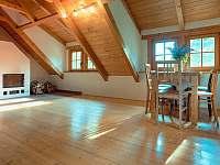 krb v obývacím pokoji - apartmán k pronájmu Velká Bíteš - Jestřabí