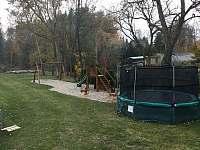 Dětské hřiště v blízkosti krčmy