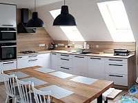 Kuchyně a obývací pokoj - první patro - ubytování Mirošov
