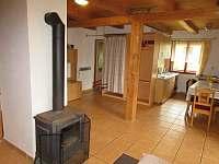 kuchyňsky kout s jídelnou, vlevo vchod do koupelny a dětská houpačka - chata ubytování Budislav u Litomyšle