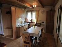 kuchyňský kout s jídelnou, vpravo vchod do ložnice - chata k pronajmutí Budislav u Litomyšle