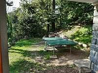 venkovní prostor s ohništěm a stolním tenisem - chata k pronájmu Budislav u Litomyšle