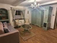 Obývací pokoj v přízemí - chalupa k pronájmu Bystřice nad Pernštejnem