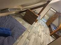 Průchozí pokoj v podkroví - chalupa k pronajmutí Bystřice nad Pernštejnem