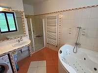Koupelna s vířivou vanou a sprchou, pračka - apartmán k pronájmu Sněžné - Blatiny