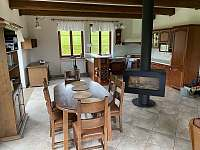 Obývací pokoj s krbem a kuchyní - apartmán ubytování Sněžné - Blatiny