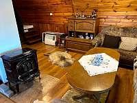 dřevěný interiér s kamny - pronájem chaty Kraskov