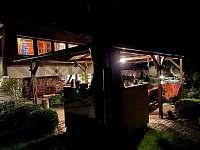 osvětlená noční pergola - chata k pronájmu Kraskov