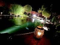 večerní osvětlení jezírka a zahrady - Kraskov