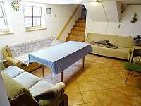 místnost s krbovými kamny - pronájem chalupy Sádek u Poličky