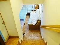 schody do místnosti s krbovými kamny - Sádek u Poličky