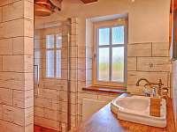 Koupelna v přízemí s ochlazovacím vědrem - roubenka k pronájmu Proseč - Martinice
