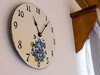 Malované smaltované hodiny v pokojích - Proseč - Martinice