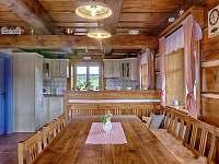 Pohled od jídelního stolu do kuchyně - pronájem roubenky Proseč - Martinice