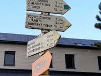 Rozcestník - žlutá a zelená turistická značka - Studnice