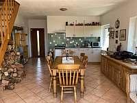 plně vybavená kuchyň a jídelní stůl pro 6 osob - pronájem chalupy Seč - Proseč