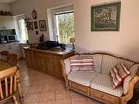 pohodlné sofa v kuchyni před vstupem do zahrady - chalupa k pronajmutí Seč - Proseč