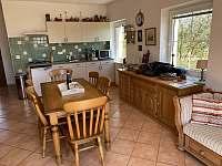 slunná kuchyň s výhledem do zahrady - chalupa ubytování Seč - Proseč