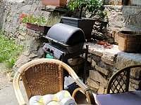 Plynový gril na terase - Hroubovice