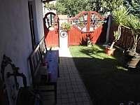 Zahrádka před domem - chalupa k pronajmutí Hroubovice