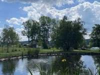 Pohled na dům od rybníku - pronájem chalupy Kameničky