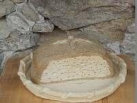 Harusova chalupa plastika chleba, autor: Václava Turková - Radňovice