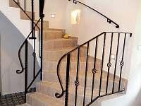 Harusova chalupa schodiště - ubytování Radňovice
