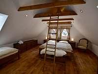 Ložnice 1. patro na levé straně - pronájem roubenky Moravské Křižánky