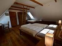 Ložnice 1. patro na pravé straně - roubenka k pronajmutí Moravské Křižánky
