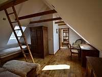 Ložnice 1. patro na pravé straně - roubenka k pronájmu Moravské Křižánky