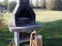 Gril je připraven včetně dřeva - Oudoleň