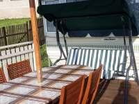 Houpačka na terase - chata k pronajmutí Oudoleň