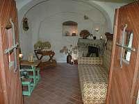 Společenská místnost s krbem - chalupa ubytování Nový Rychnov