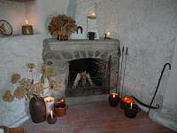 Společenská místnost s krbem - chalupa k pronájmu Nový Rychnov