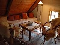 Útulné posezení v podkrovní ložnici - chalupa k pronájmu Nový Rychnov