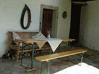 Venkovní posezení je možné zařídit pod střechou až pro 10 osob - pronájem chalupy Nový Rychnov