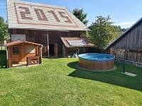 Bazén se solárním ohřevem a chatičkou