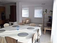 jídelna s kuchyní a kachlovými kamny - chalupa k pronájmu Pivonice u Bystřice nad Pernštejnem