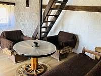 Obývací pokoj s rozkládacím gaučem, chata Velké Dářko - k pronajmutí Škrdlovice - Polnička
