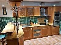 Kuchyň - vila k pronájmu Chlum