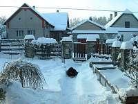 Před domem v zimě