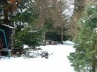 Zahrada v zimě má své kouzlo, vlevo je už nový krb